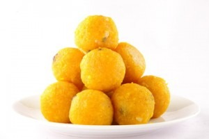 A bowl of orange ladoos